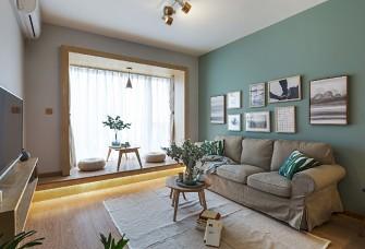 蓝色深邃、幽远,搭配全屋木地板的暖意