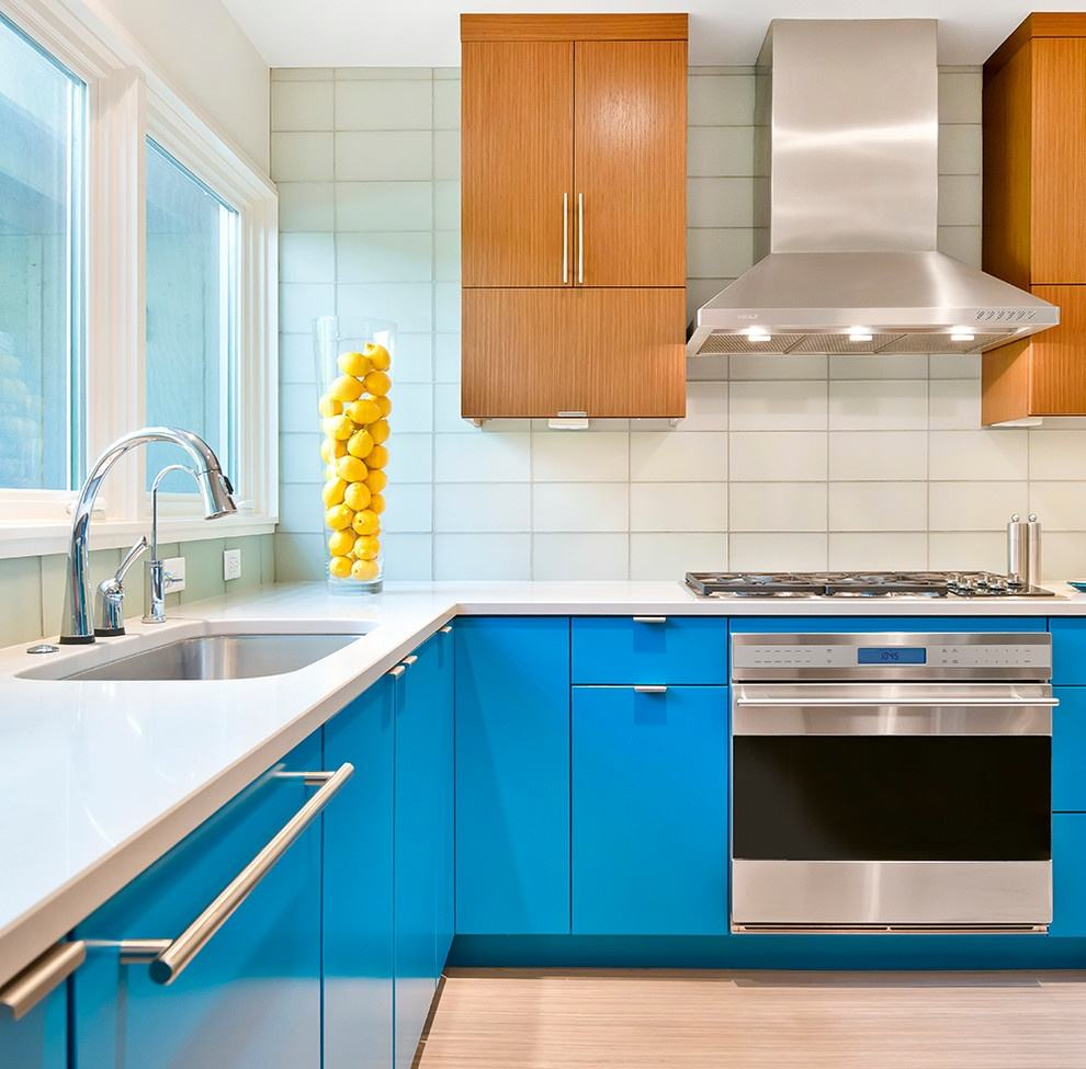 墙砖搭配以海蓝色的橱柜