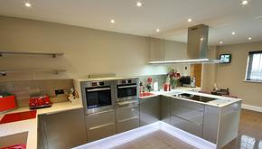 现代风格西式厨房U型橱柜装修效果图
