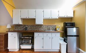 阁楼厨房白色吊柜橱柜装修效果图