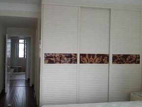 现代简约风格卧室大衣柜装修效果图