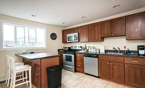 现代简约开放式厨房实木橱柜装修效果图